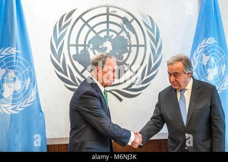 New York, USA, 5. Mär 2018. Generalsekretär der Vereinten Nationen, Antonio Guterres (R) begrüßt den ehemaligen - Stockfoto
