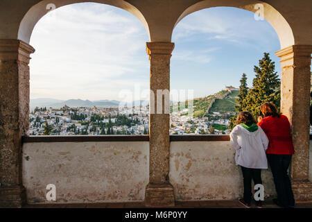 Granada, Andalusien, Spanien - 8. März, 2015: Mutter und Tochter Blick auf das Viertel Albaicin aus einer Galerie - Stockfoto