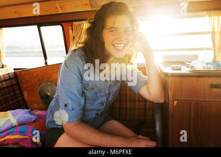 Junge 20 Jährige hanging out in Ihrem Auto am Strand