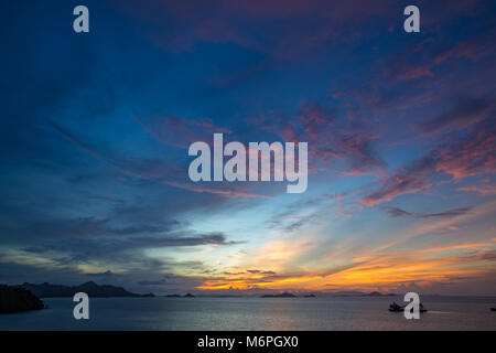 Sonnenuntergang mit schönen cloud Strukturen über Flores Indonesien Meer und Küste Inseln - Stockfoto