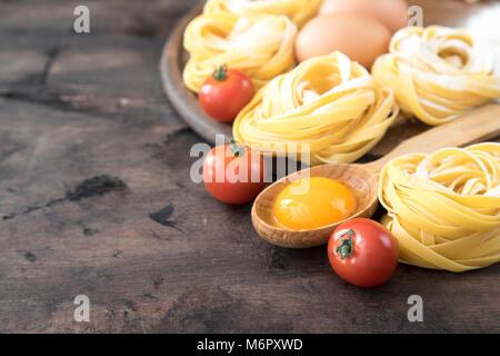 Traditionelle italienische pasta Tagliatelle mit Zutaten. Hausgemachte Pasta Tagliatelle mit Eiern. - Stockfoto