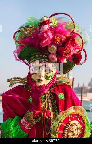 Frau im schönen Kostüm und Maske Venedig Karneval, Carnivale di Venezia, Venetien, Italien - Stockfoto