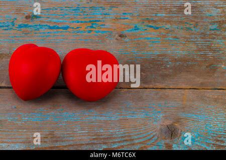 Zwei roten Herzen auf der Holz- Hintergrund mit kopieren. - Stockfoto