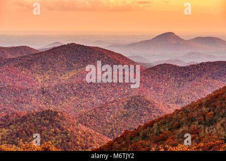 Brasstown Bald, Georgia, USA Blick auf die Blue Ridge Mountains in Richtung Blut Berg im Herbst. - Stockfoto