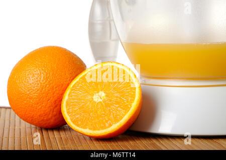 Stillleben mit Orangen und ein Entsafter closeup - Stockfoto