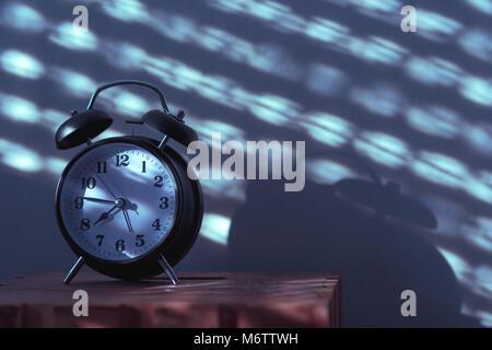 ... Wecker Auf Nachttisch Im Schlafzimmer Tickende Am Frühen Morgen Mit Dem  Sonnenlicht Und Schatten An Der
