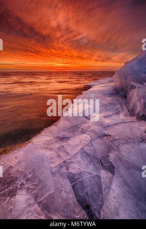 Winter Eis sammeln sich am Ufer des Lake St. Clair, Michigan, USA Nordamerika - Stockfoto