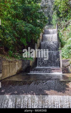 Der gebildete Mann Wasserfall mit sauberem Wasser, die die Kaskade konkrete Struktur. Teil der Ökologie freundlich - Stockfoto