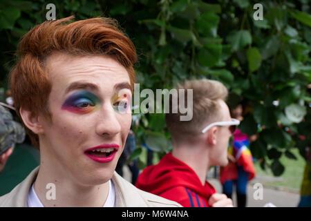 Das Männliche stereotyp, Transgender Uk, LGBT. Mann, Makeup. LGBT Pride event, Stoke-on-Trent, Staffordshire, Vereinigtes - Stockfoto