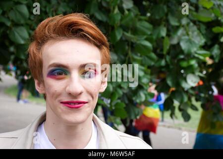 Das Männliche stereotyp, Transgender Uk, LGBT. Mann, Make-up, und Stolz. LGBT Pride event, Stoke-on-Trent, Staffordshire, - Stockfoto