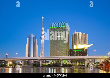 Tokyo City Skyline bei Nacht in der Nähe von Asakusa in Tokio, Japan. - Stockfoto