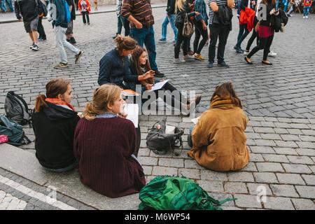 Prag, 28. Oktober 2017: Kreative junge Mädchen - Künstler malen Bilder auf der Straße neben der Prager Burg - Stockfoto