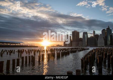 Sonnenuntergang in New York Skyline aus Brooklyn. - Stockfoto