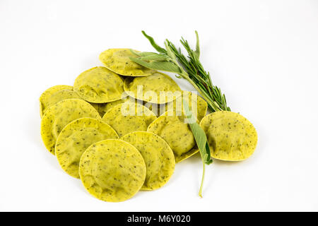 Grüne Ravioli mit Salbei und Rosmarin - Stockfoto