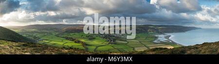 Dunkery Beacon, Exmoor, Porlock und der Küste von Bossington Hill, Somerset, England, Großbritannien - Stockfoto