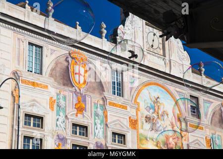 Seifenblasen auf Gebäude Hintergrund - Stockfoto