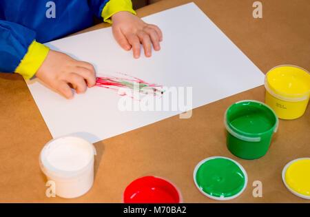 Kind Hände in bunten paits gemalt. Bildung, Schule, Kreativität und Malerei Konzept. Soft Focus eine verschwommen - Stockfoto