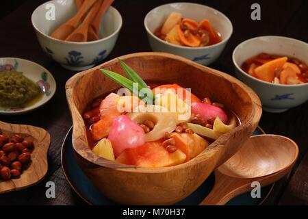 Asinan Bogor. Tropische Früchte Pickles von Bogor, West Java. - Stockfoto