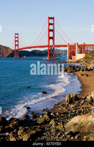 Golden Gate Bridge an einem sonnigen Tag - Stockfoto