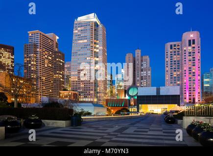 Wolkenkratzer in San Francisco bei Nacht - Stockfoto
