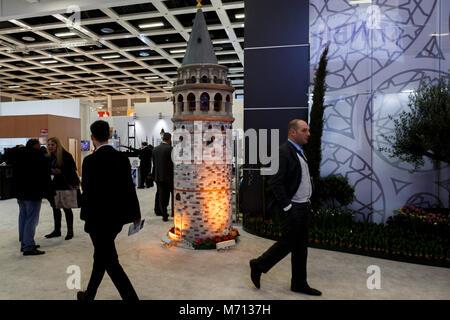 07 März 2018, Deutschland, Berlin: Besucher vorbei an einer Miniatur Galata-turm Istanbul in der Türkischen Saal - Stockfoto