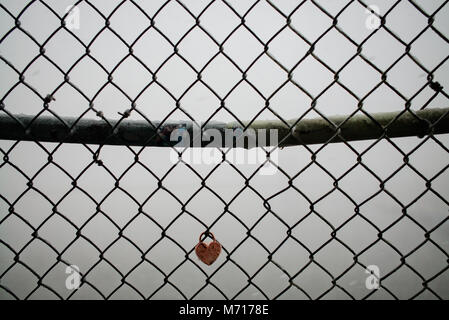 New York, NY, USA, 7. März, 2018. Matschigen Schnee türmt sich auf einer 'Liebe' auf dem Zaun auf der New York City - Stockfoto