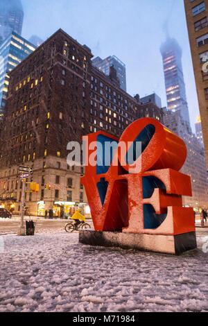New York City, USA. 7. März, 2018. Schneefall in New York City; Liebe pop Kunst Skulptur an der 55. Straße Credit: - Stockfoto
