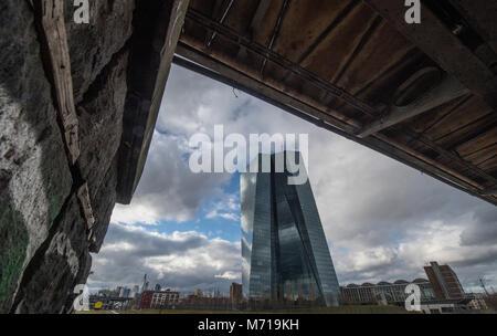 07 März 2018, Deutschland, Frankfurt: Wolken über dem von der Europäischen Zentralbank. Die regelmäßigen Treffen - Stockfoto
