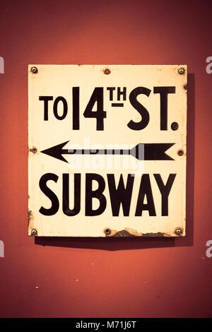 New York City U-Bahn Eingang Zeichen an der Wand - Stockfoto