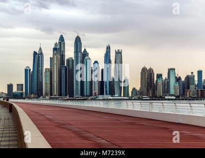 Tolle Aussicht auf den Jachthafen von Dubai Wolkenkratzer. Eine Ansicht von Jumeirah Palm, private und geschäftliche - Stockfoto