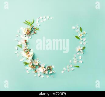 Flachbild-lay der weißen Mandelblüte blumen Kranz