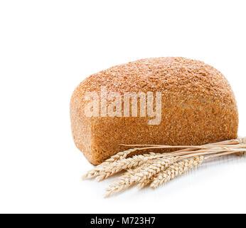 Ganz langsam - gebackene Bio Vollkorn Brot und Weizenähren auf weißem Hintergrund