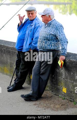 Zwei ältere Männer rauchen und Reden während der Pause vom Angeln im Fluss Dordogne, Bergerac, Nouvelle-Aquitaine, - Stockfoto