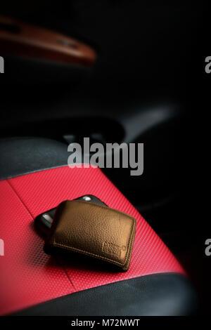 braun leder geldb rse mit geld isoliert auf wei em hintergrund teure frau handtasche. Black Bedroom Furniture Sets. Home Design Ideas