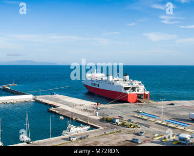 Ansicht cargo Port- und Autofähre in Rafina von einem Hügel aus. Attika, Griechenland - Stockfoto