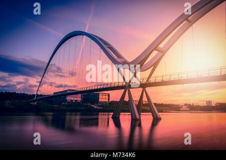 Infinity Brücke auf dramatische Himmel bei Sonnenuntergang in Stockton-on-Tees, Großbritannien. - Stockfoto
