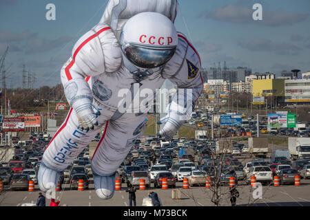 Ein Ballon in Form eines sowjetischen Kosmonauten fliegt über in der Stadt Moskau, Russland - Stockfoto