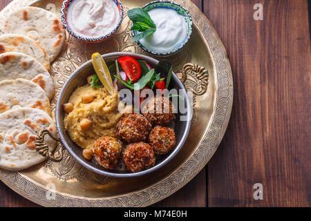Hummus, Falafel, Salat in einer Pfanne mit Joghurt und tahini - Stockfoto