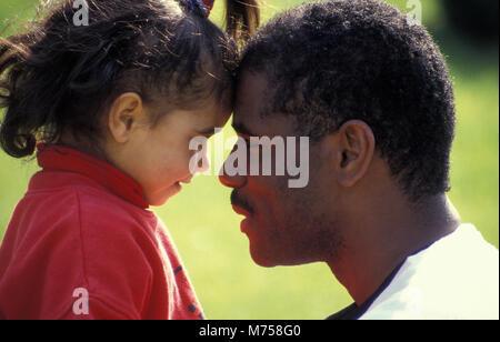 Schwarzen Vaters und gemischten Rennen Tochter von Angesicht zu Angesicht - Stockfoto