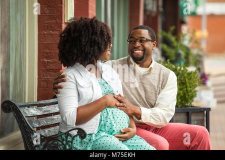 Portrait eines glücklichen schwangeren Afrikanische amerikanische Paar. - Stockfoto