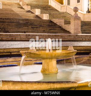Die Fontana della Barcaccia (Brunnen der hässliche Boot) auf der Piazza di Spagna mit der Spanischen Treppe (Scalinata - Stockfoto