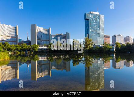 Gebäude der Vereinten Nationen im See spiegeln, UNO-City, Wien, Österreich, Europa - Stockfoto