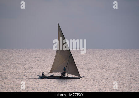 Fischer Position heraus zum Meer bei Sonnenaufgang in einer Dhow segeln in der Nähe von Ushongo, Pangani, Tansania, - Stockfoto