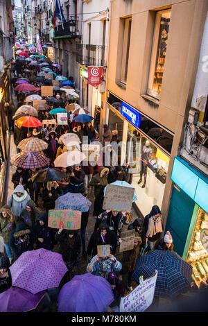 Cáceres, Extremadura, Spanien - 8. März 2018 - tausend Frauen und Männer bei Tag 8. März der internationale Frauentag - Stockfoto