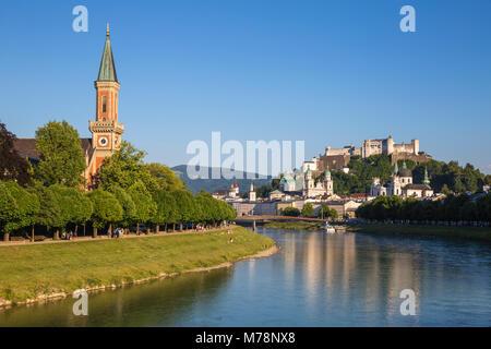 Ansicht der Evangelischen Kirche Christi, die Salzach und die Festung Hohensalzburg, Salzburg, Österreich, Europa - Stockfoto
