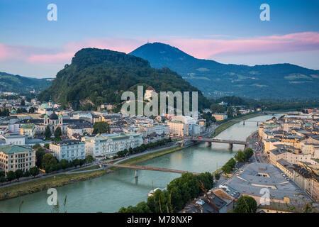 Ansicht der Salzach mit der Altstadt auf der rechten Seite und die Neue Stadt auf der linken Seite, Salzburg, Österreich, - Stockfoto
