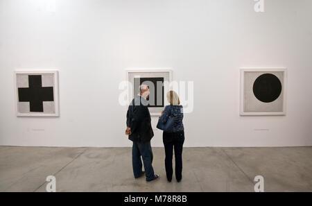 Kasimir Malewitsch Ausstellung: Schwarzes Kreuz, Schwarzes Quadrat und schwarzen Kreis - Stockfoto