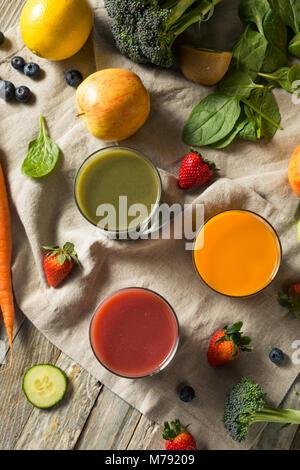 Raw Organic gesunden Entgiftung Säfte aus Obst und Gemüse - Stockfoto
