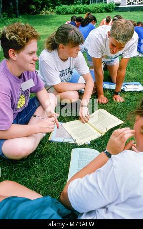 Ein Teenager Jungen und drei Mädchen Ratgeber haben eine Gruppe an einem Sommerlager in Vermont, USA, Nordamerika. - Stockfoto