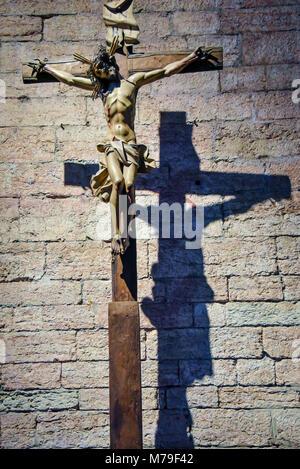 TRENTO, Italien - 21. Februar 2018: hölzernes Kruzifix in der Abtei von San Lorenzo, Trentino Alto Adige, Italien - Stockfoto
